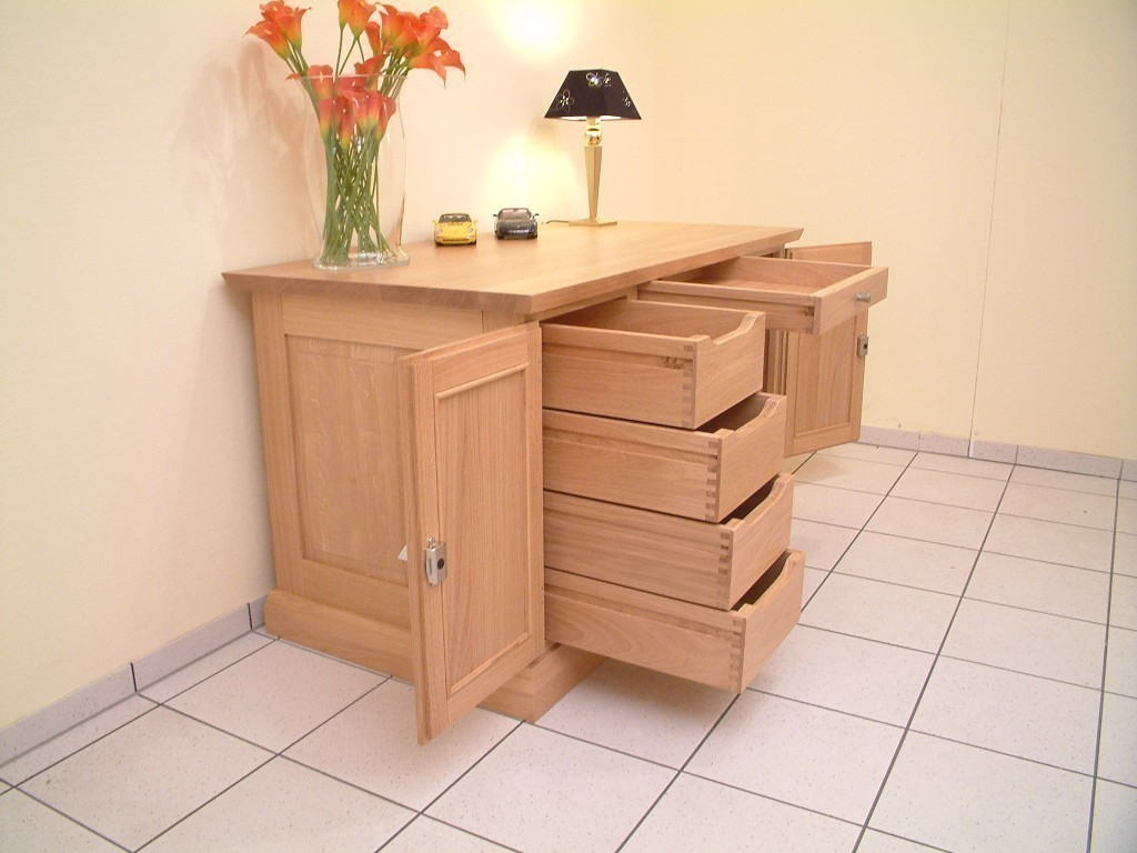 schreibtisch mit buchnische bzw regal in der r ckseite ein moderner massiver schreibtisch. Black Bedroom Furniture Sets. Home Design Ideas